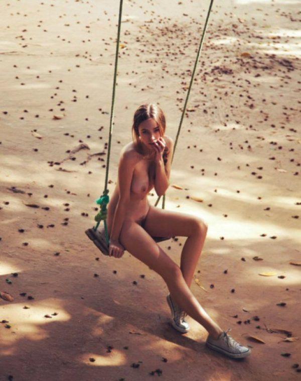 Diciottenne nuda sull'altalena