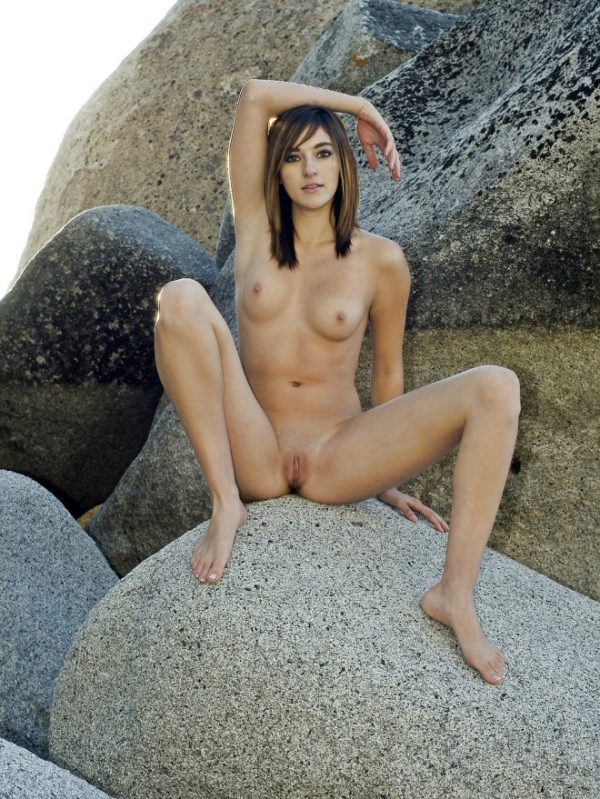 Bellissima ragazza nuda su una roccia